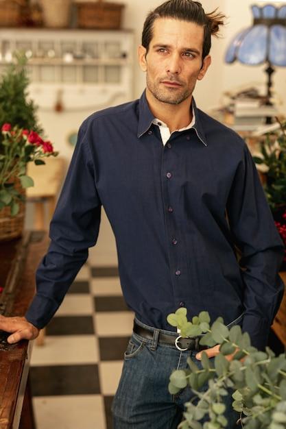 Florista experiente em pé e confiante Foto gratuita