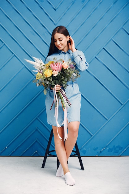 Florista faz um lindo buquê em um estúdio Foto gratuita