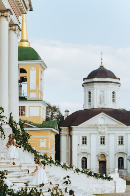 Floristas andar no andar de cima antes da antiga igreja russa Foto gratuita