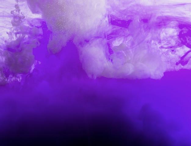 Fluindo nuvem roxa de tinta Foto gratuita