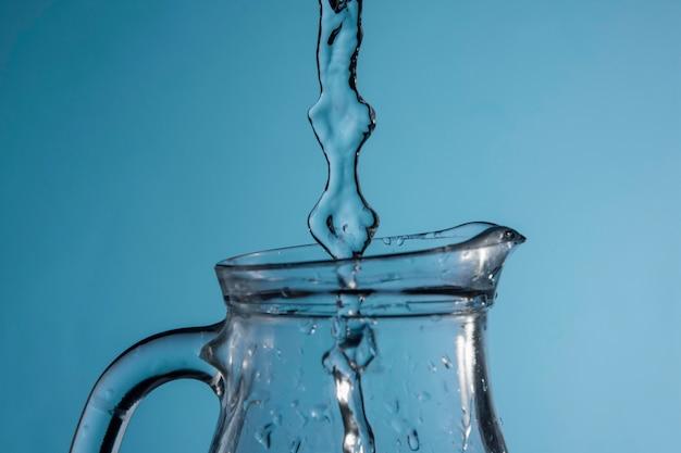 Fluxo de água sendo despejado na jarra Foto gratuita