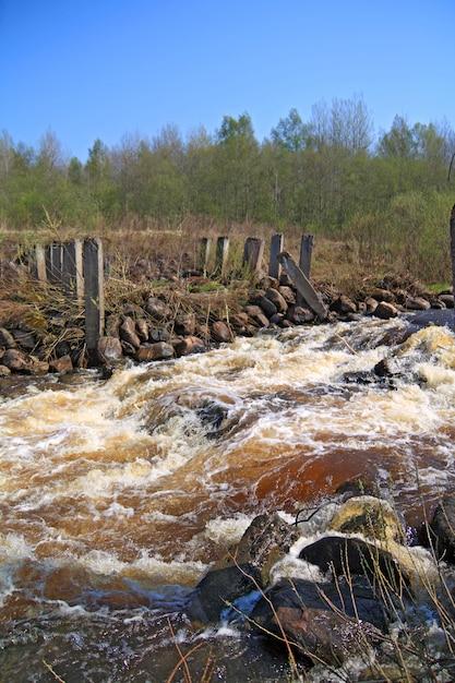 Fluxo do rio na antiga barragem destruída Foto Premium