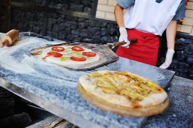 Focaccia ou pão italiano no forno Foto Premium