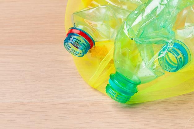 Foco seletivo, reciclagem de garrafas de plástico Foto Premium