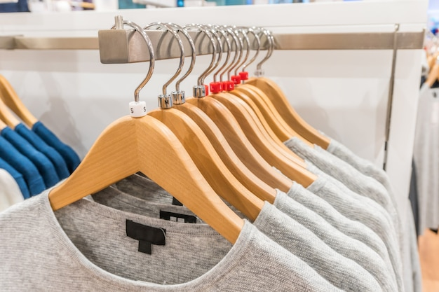 Foco suave e close up no varejo de roupas na loja Foto Premium