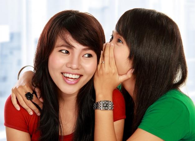 Fofoca de partilha de duas jovens Foto Premium
