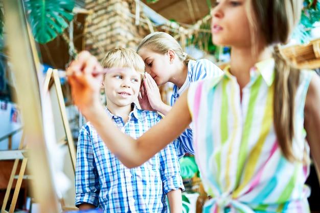 Fofocando as crianças na aula de arte Foto Premium