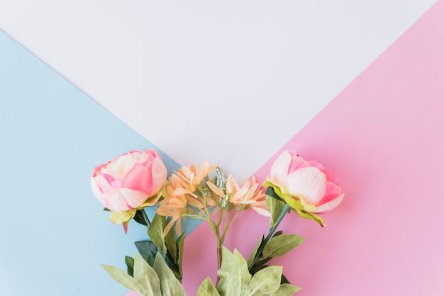 Fofos flores em plano de fundo multicolorido | Foto Grátis