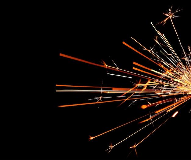 Fogo chamas com faíscas em fundo preto Foto Premium