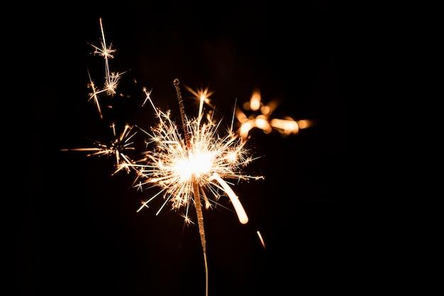 Fogo de artifício dourado de ângulo baixo à noite no céu Foto gratuita