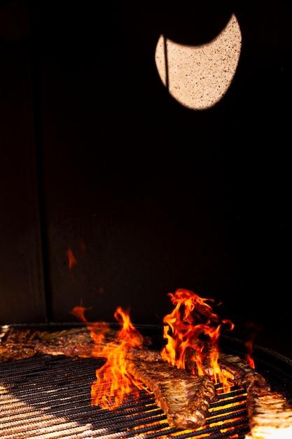 Fogo de churrasco close-up à noite Foto gratuita