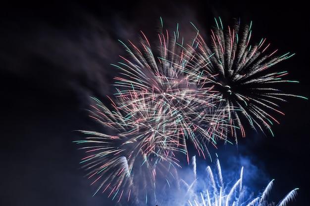 Fogos de artifício à noite Foto gratuita