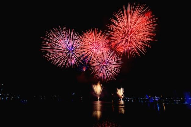 Fogos de artifício coloridos contra um céu noturno preto Foto Premium