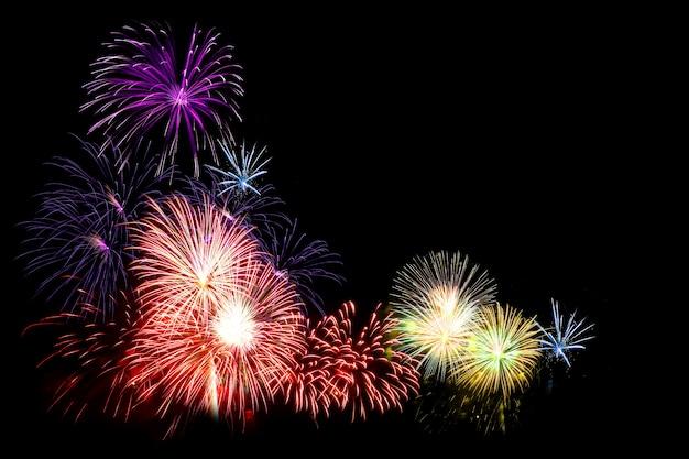 Fogos de artifício coloridos em preto Foto Premium