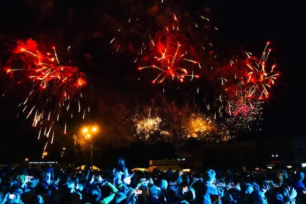 Fogos de artifício coloridos no céu noturno e multidão em concerto em kineshma Foto Premium