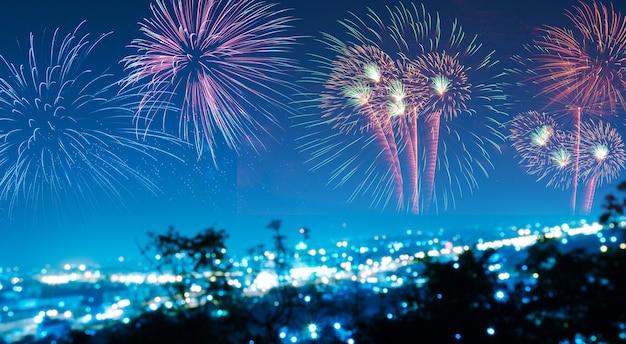 Fogos de artifício coloridos sobre o fundo do céu negro sobre a água Foto Premium