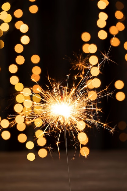 Fogos de artifício de ângulo baixo na noite de aniversário de ano novo Foto gratuita