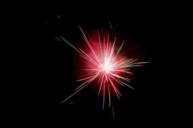 Fogos de artifício explodem brilhando com resultados deslumbrantes Foto Premium