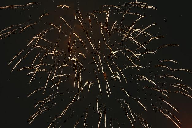 Fogos de artifício festivo ouro close-up em um preto Foto Premium