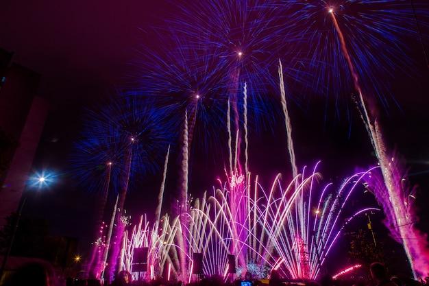 Fogos de artifício festivos azuis e roxos. festival internacional de fogos de artifício rostec Foto Premium