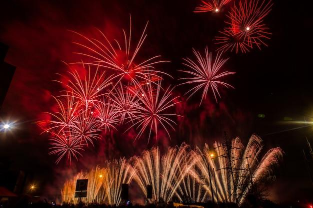 Fogos de artifício festivos vermelhos e amarelos. festival internacional de fogos de artifício rostec Foto Premium