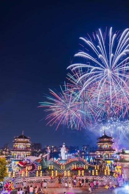 Fogos de artifício na lotus pond atrás da estátua de guanyin dos pavilhões da primavera e outono Foto Premium