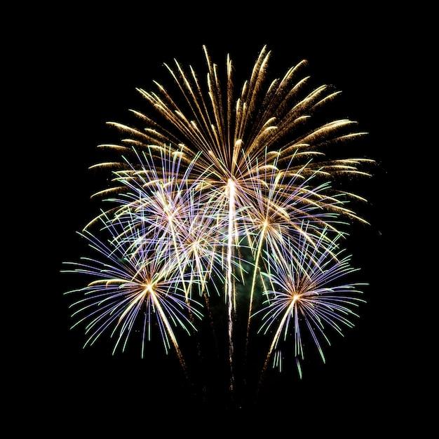 Fogos de artifício no fundo do céu escuro Foto gratuita