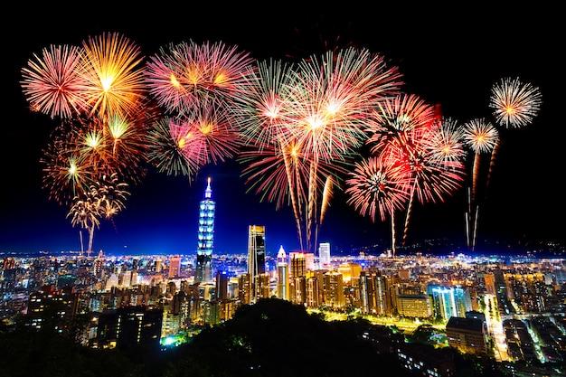 Fogos de artifício sobre a paisagem urbana de taipei à noite, taiwan Foto Premium