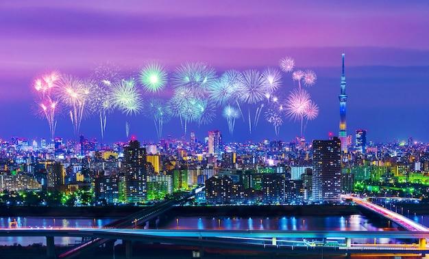 Fogos de artifício sobre a paisagem urbana de tóquio à noite, japão Foto Premium