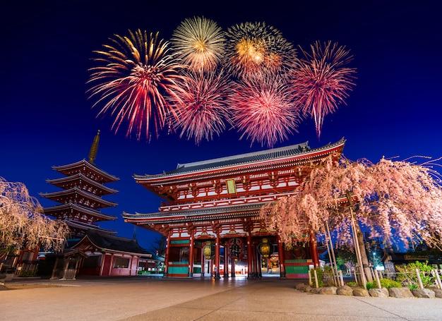 Fogos de artifício sobre o templo de asakusa à noite em tóquio, japão Foto Premium