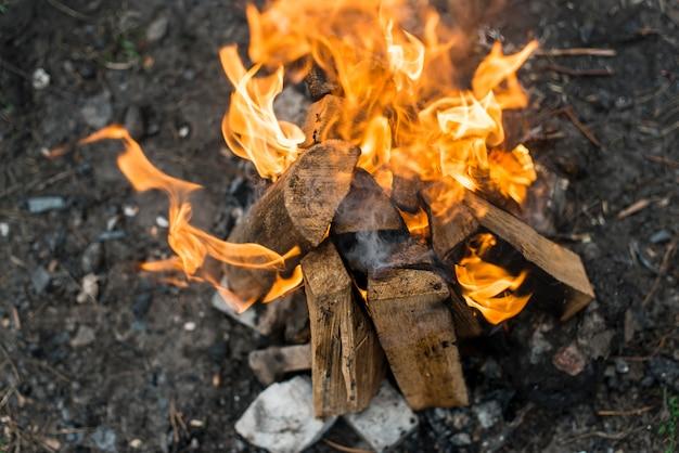 Fogueira de vista superior com chamas Foto gratuita