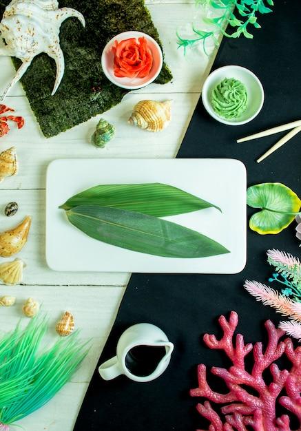 Folha de bambu com gengibre e wasabi Foto gratuita