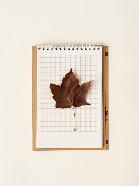Folha de bordo vermelha em um caderno de página aberta. Foto Premium