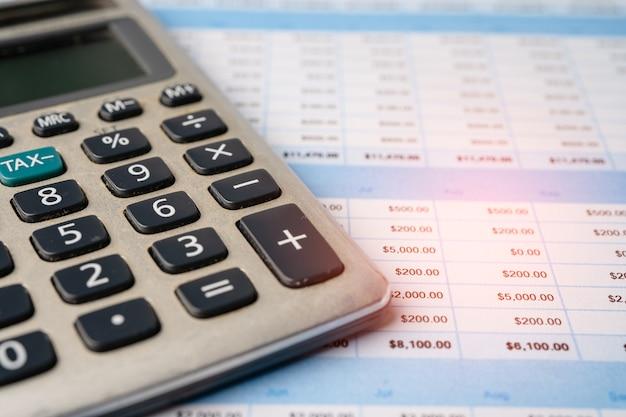 Folha de cálculo com calculadora. desenvolvimento financeiro, conta bancária, estatísticas de investimento economia de dados de pesquisa analítica, comércio, relatório de escritório móvel conceito de reunião de empresa de negócios. Foto Premium