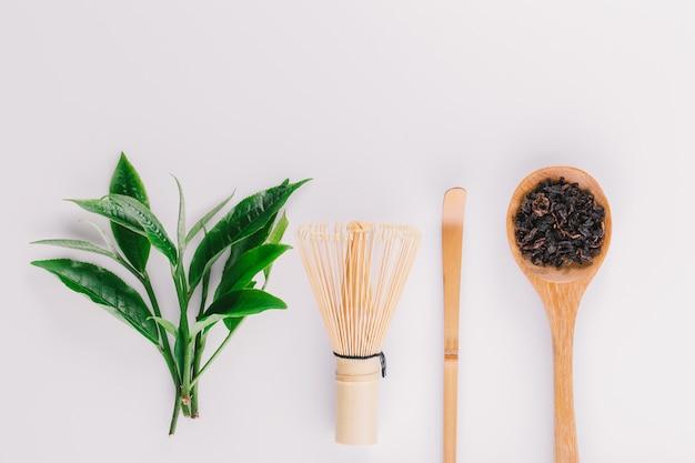 Folha de chá verde vintage isolada no fundo branco Foto Premium