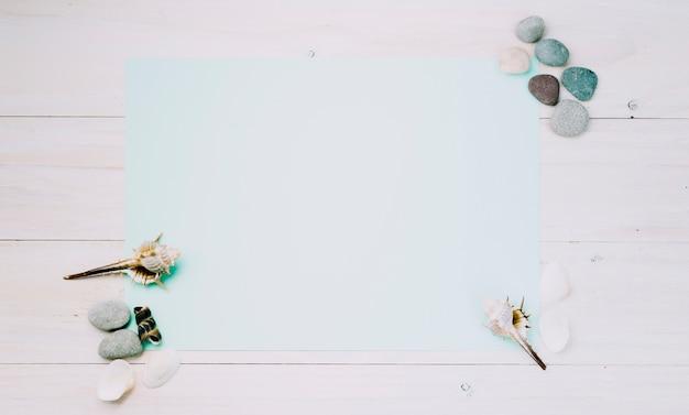 Folha de luz com objetos marinhos em fundo listrado Foto gratuita