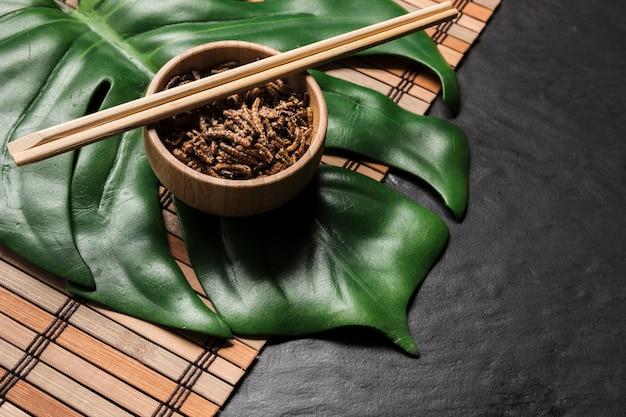 Folha de monstera com insetos assados em uma tigela Foto gratuita