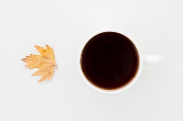 Folha de outono vista superior com café Foto gratuita
