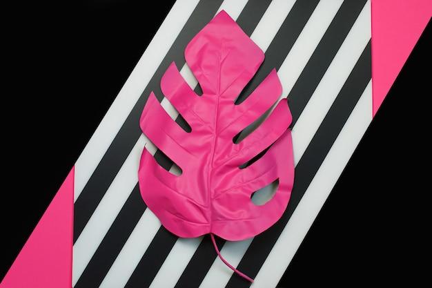 Folha de palmeira tropical rosa de monstera Foto Premium