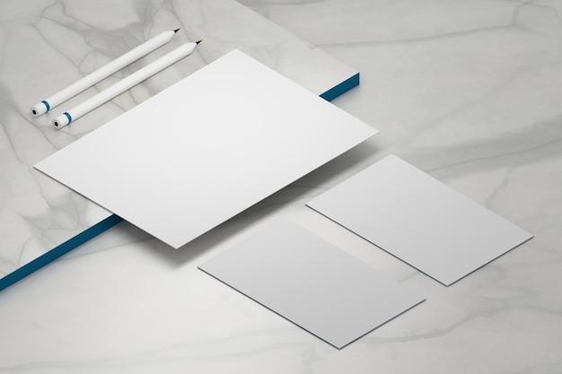 Folha de papel a4 em branco modelo e dois cartões de visita com lápis Foto Premium