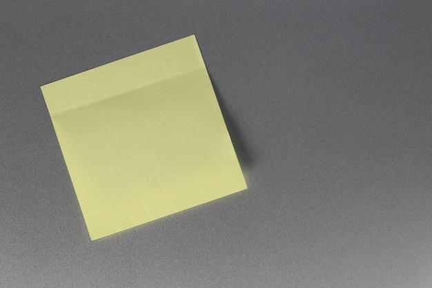 Folha de papel amarelo vazio na porta do refrigerador para o projeto. Foto Premium