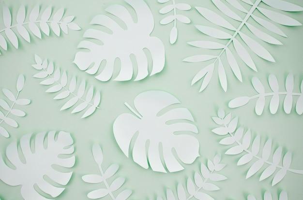 Folhas artificiais estilo de corte de papel com fundo cinza Foto Premium