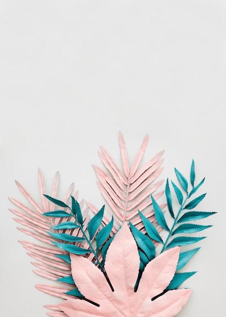 Folhas azuis e rosa tingidas em fundo branco Foto gratuita