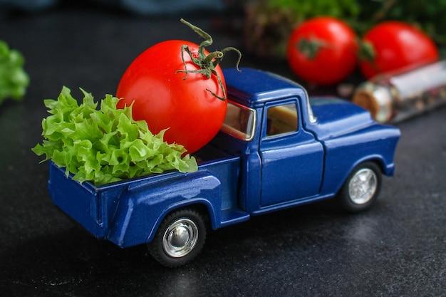 Folhas de alface, tomate, salada saudável de legumes Foto Premium
