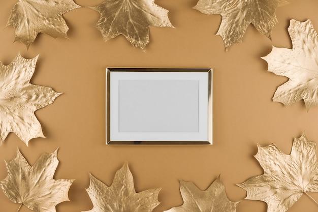 Folhas de bordo dourado de outono e moldura isolada em bege Foto Premium