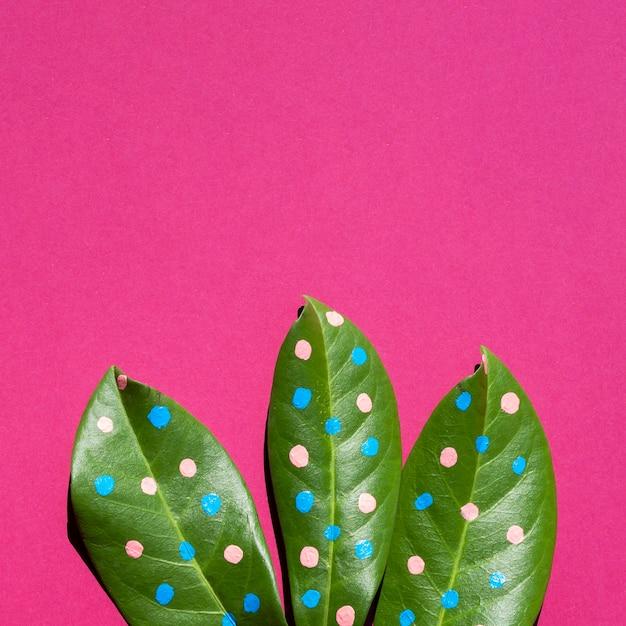 Folhas de close-up com pontos e cópia espaço fundo Foto gratuita