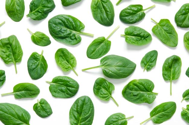 Folhas de espinafre. espinafre verde fresco isolado em um fundo branco Foto Premium