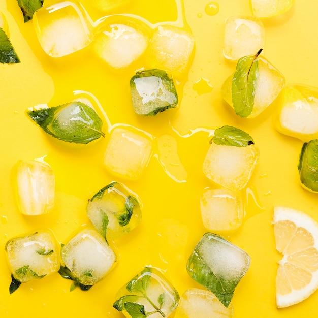 Folhas de hortelã em cubos de gelo e limão Foto gratuita