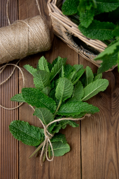 Folhas de hortelã no fundo de madeira. bebidas de verão ou ingrediente de sobremesa. Foto Premium