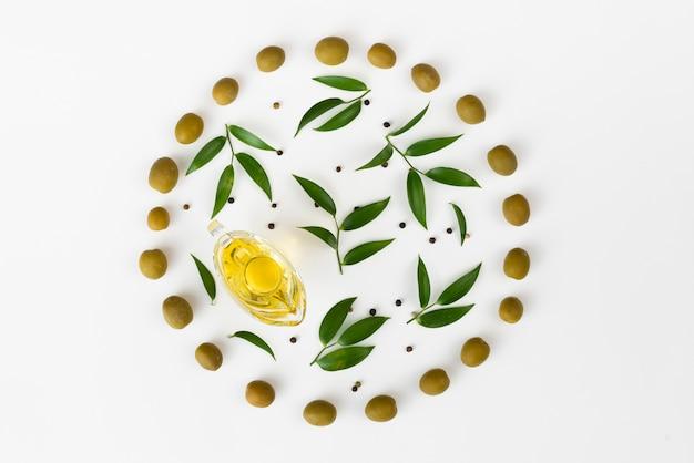 Folhas de oliveira em um círculo feito de azeitonas Foto gratuita